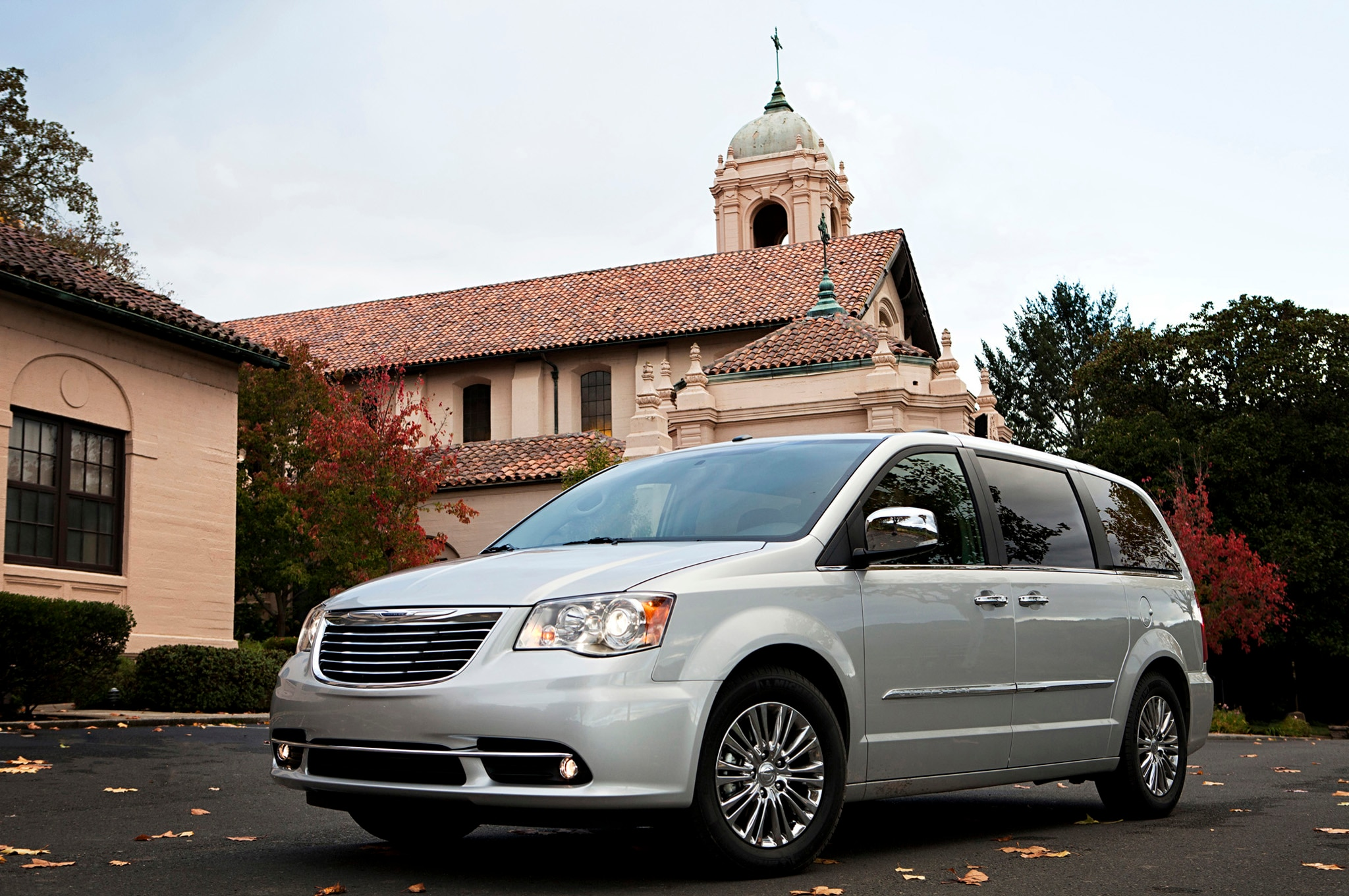 chrysler spiffs up minivans with 2013 town country s. Black Bedroom Furniture Sets. Home Design Ideas