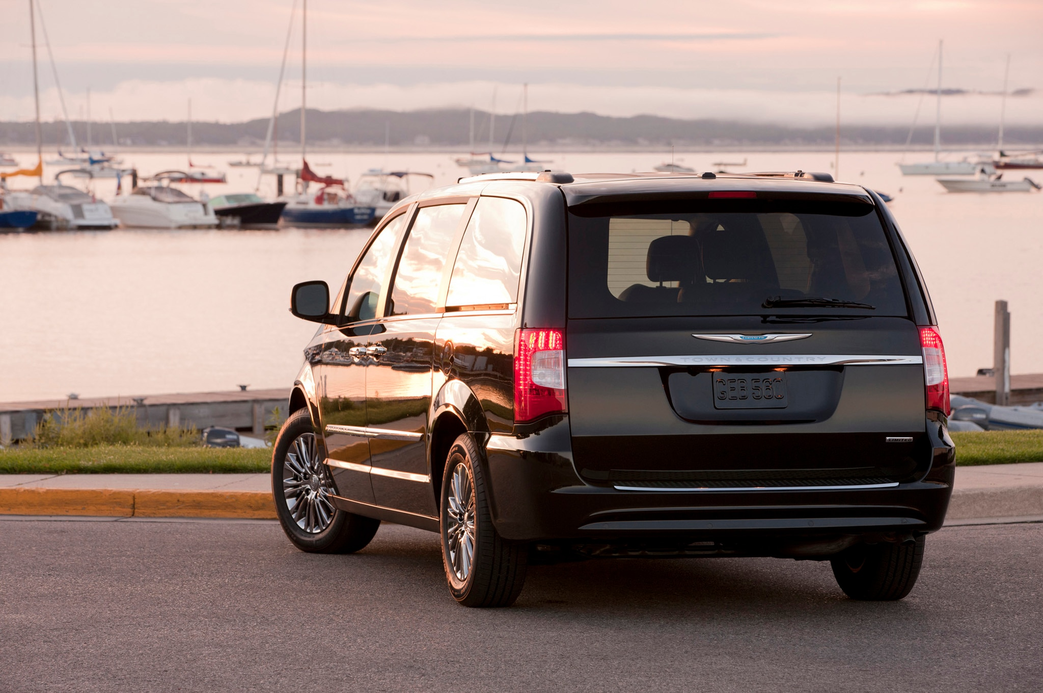 Chrysler spiffs up minivans with 2013 town u0026 country s