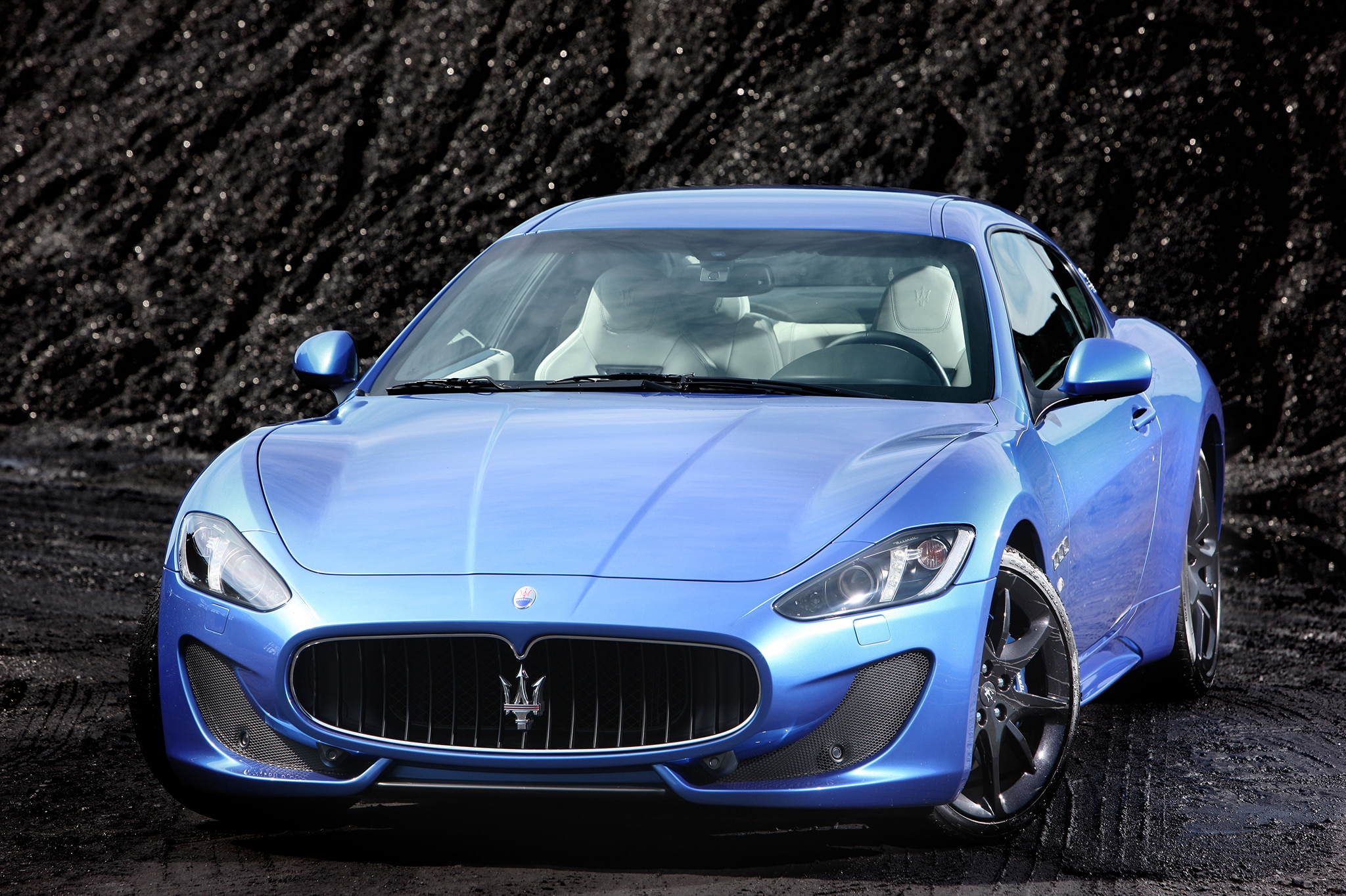 http://st.automobilemag.com/uploads/sites/10/2015/09/2013-Maserati-GranTurismo-Sport-front-above-view.jpg