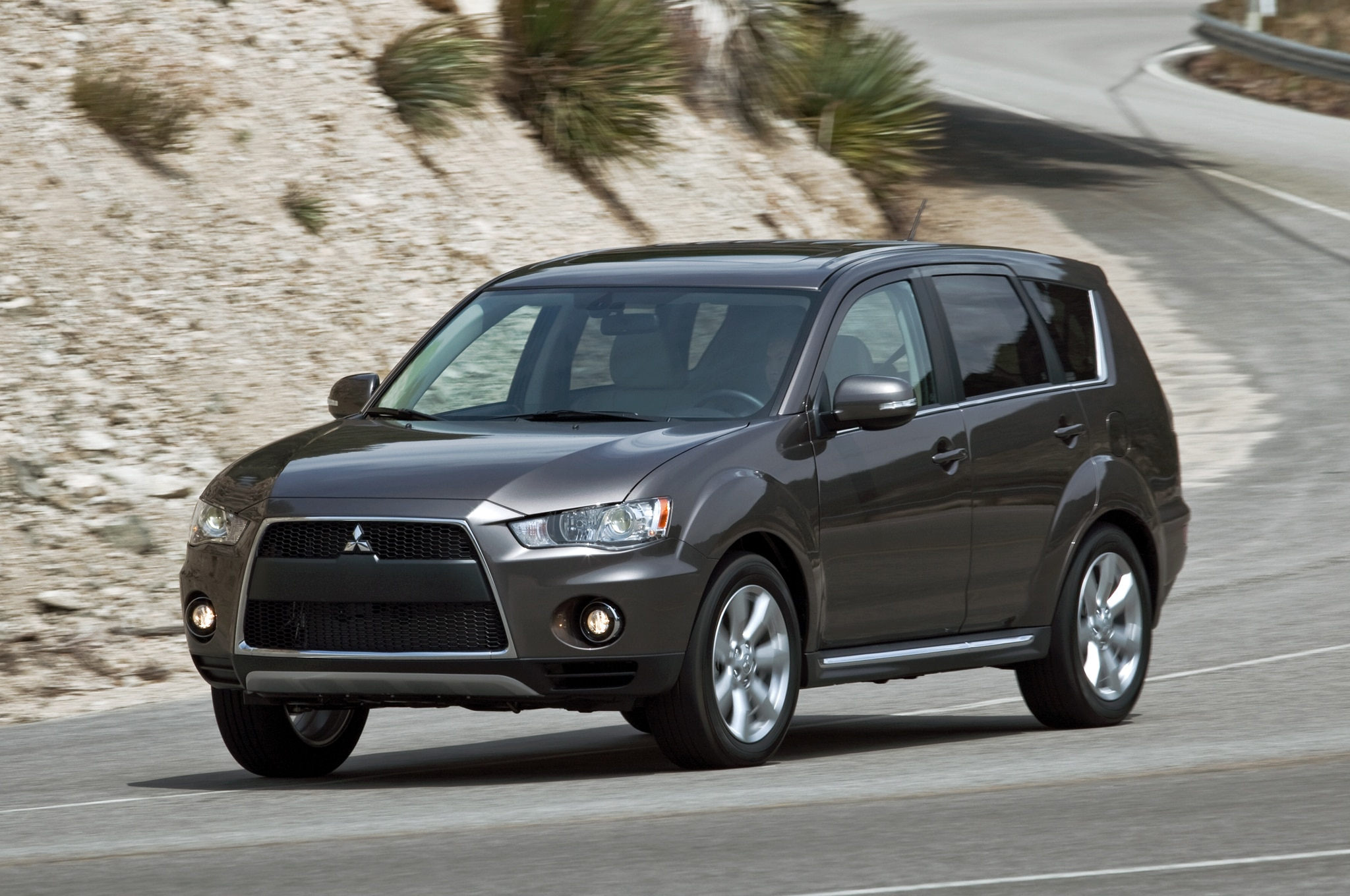 mitsubishi promises 2014 outlander and 2013 outlander sport limited edition for la show. Black Bedroom Furniture Sets. Home Design Ideas