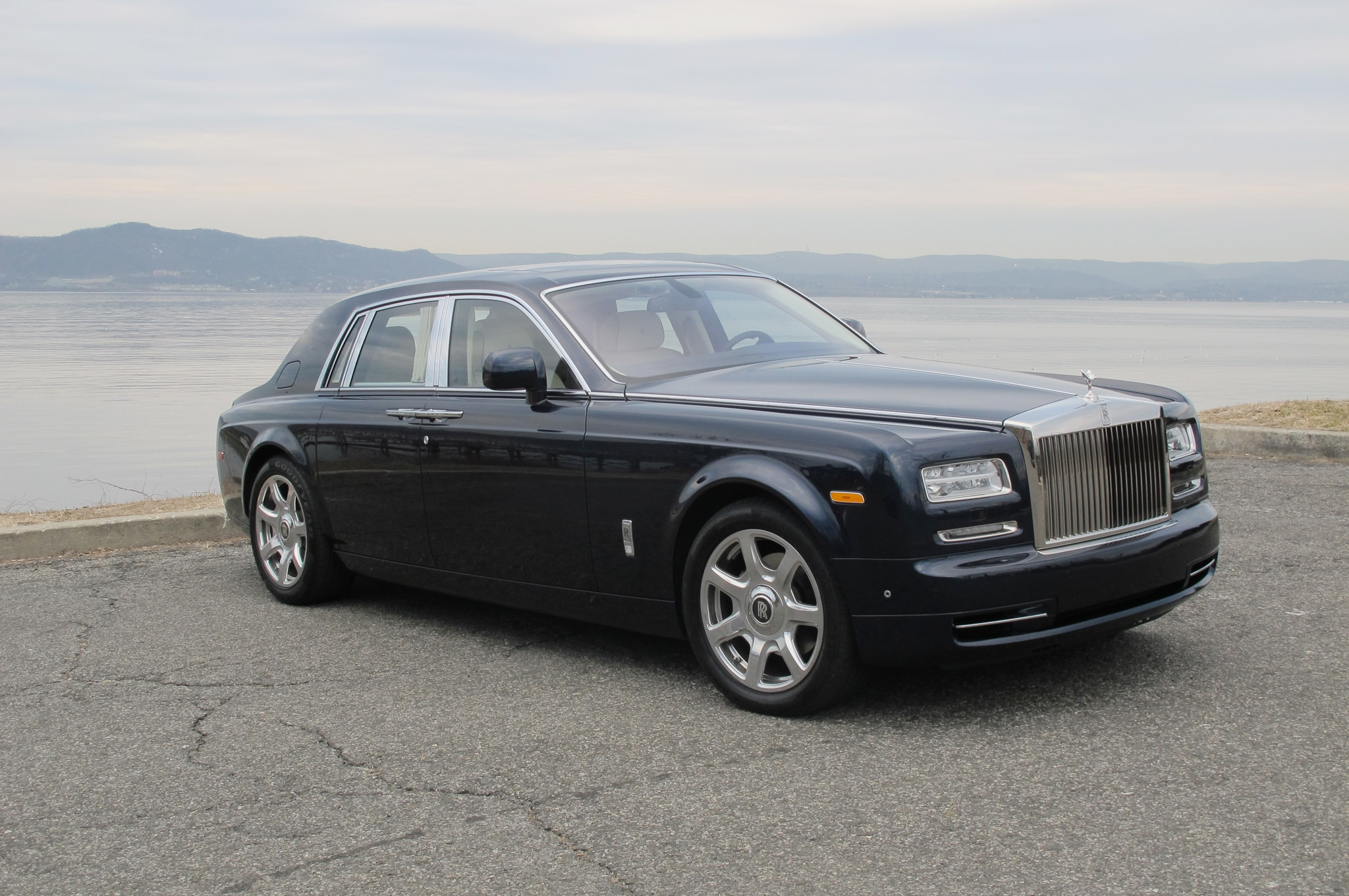 2014 rolls royce phantom around the block automobile. Black Bedroom Furniture Sets. Home Design Ideas