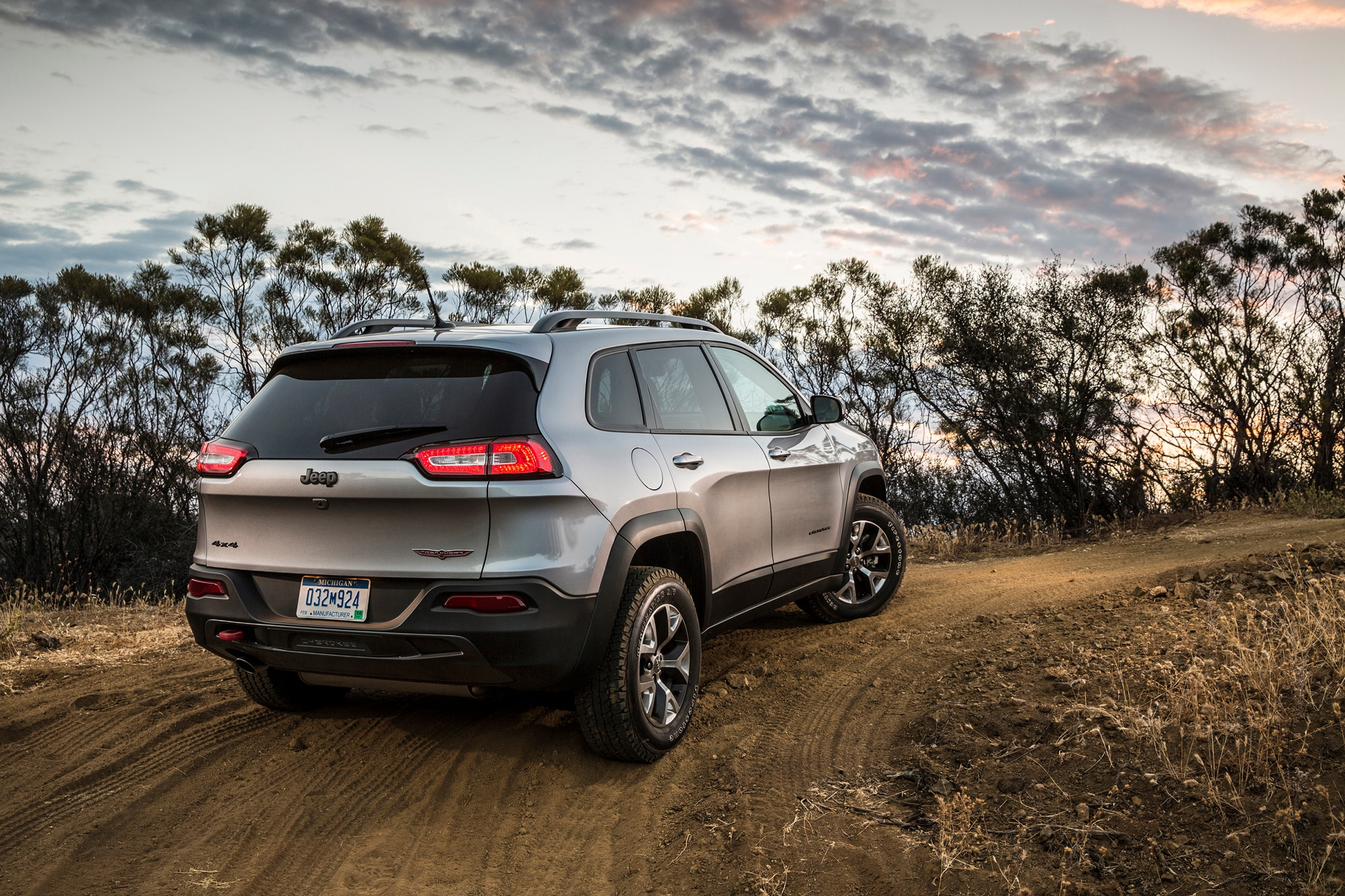 2015 jeep cherokee v-6 mpg ratings improve thanks to start-stop system
