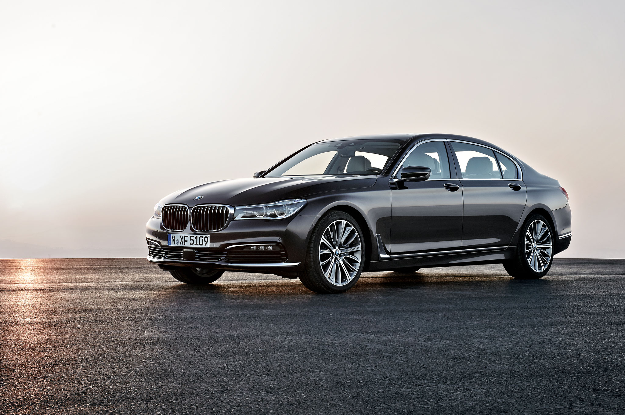2016 BMW 750Li XDrive Front Three Quarter 01