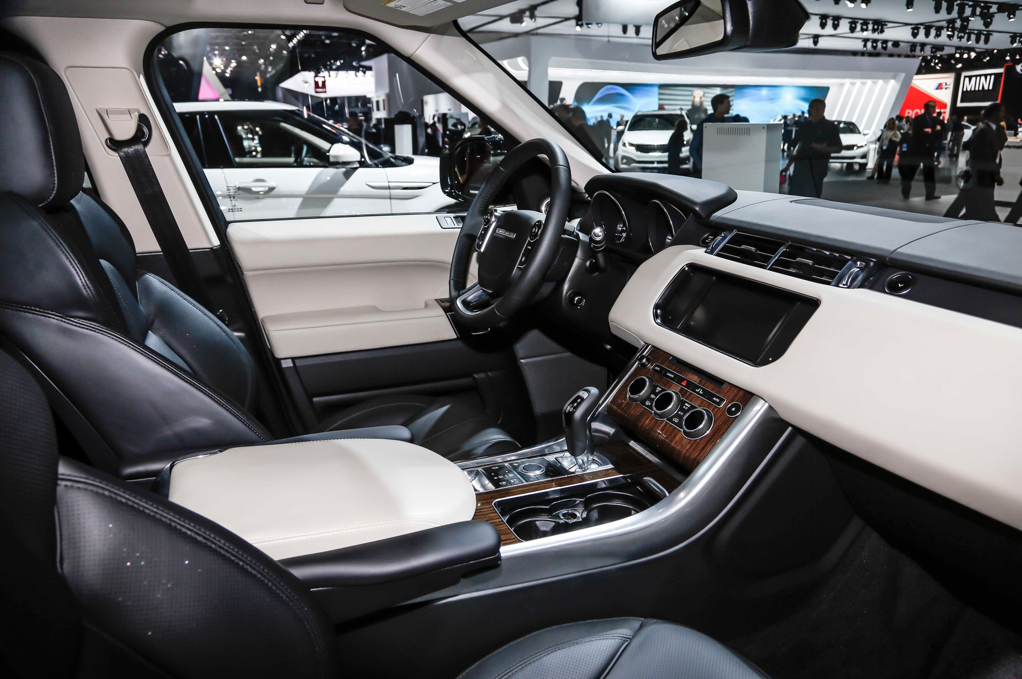 http://st.automobilemag.com/uploads/sites/10/2015/09/2016-Land-Rover-Range-Rover-Sport-HSE-TD6-interior-02.jpg