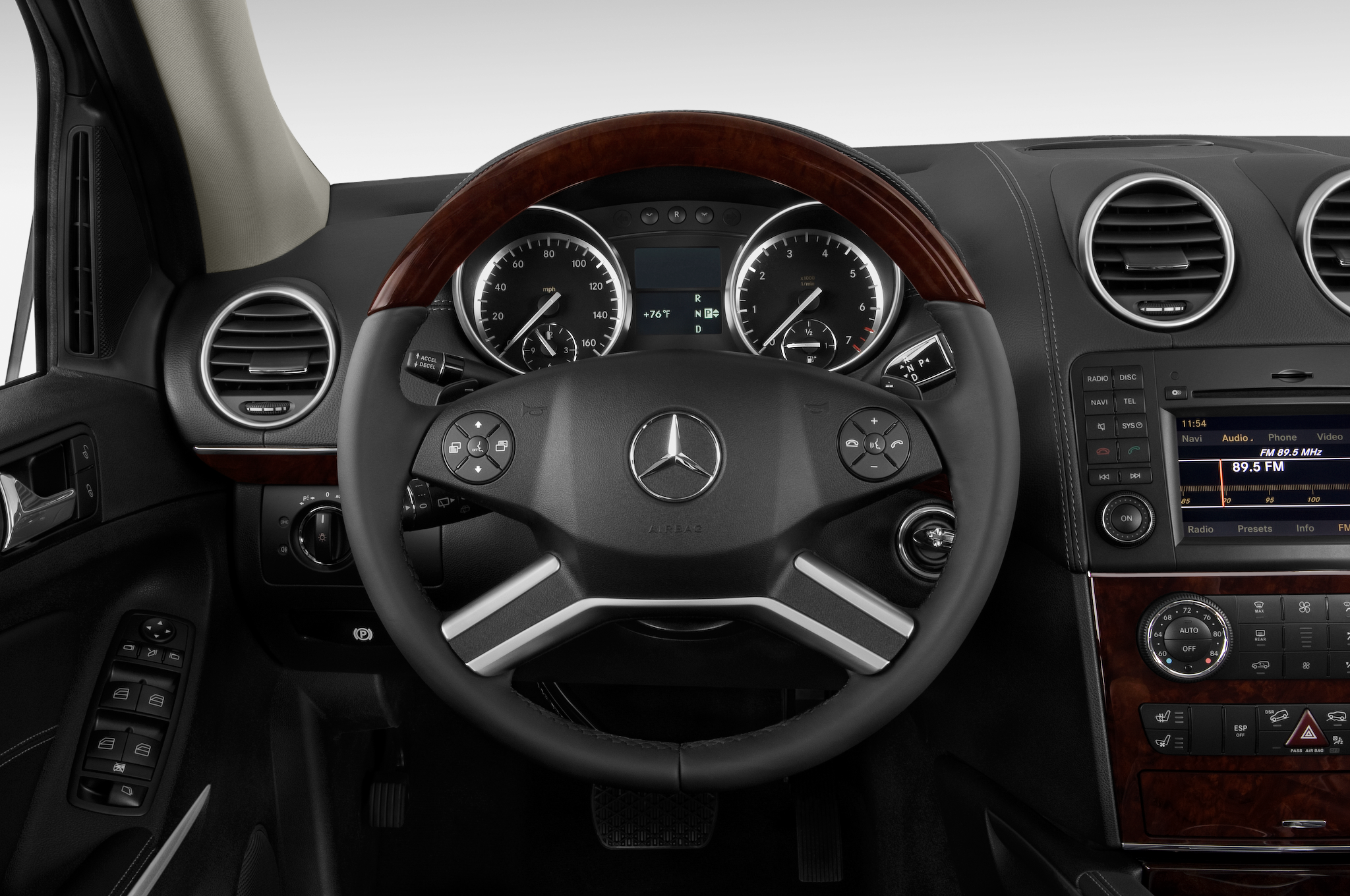 Grand exit mercedes benz introduces gl class grand for Mercedes benz steering wheel