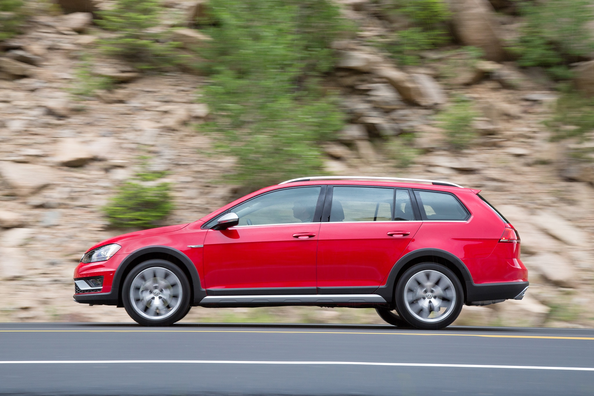 2017 volkswagen golf alltrack priced at 26 670 nets 22 30 mpg automobile magazine. Black Bedroom Furniture Sets. Home Design Ideas