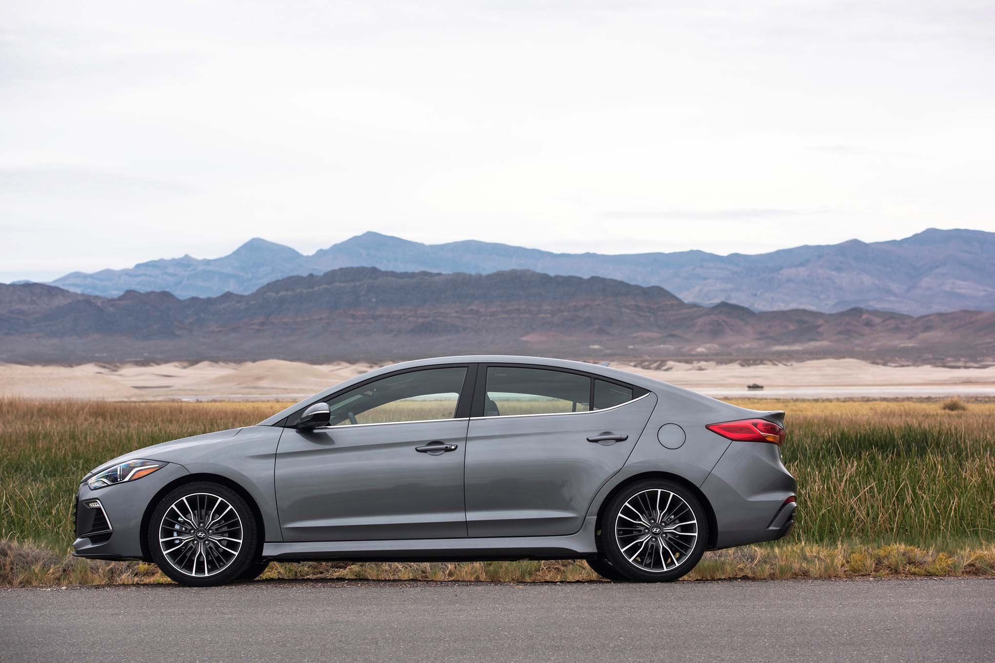 2017 hyundai elantra debuts in l a with new design new engines. Black Bedroom Furniture Sets. Home Design Ideas
