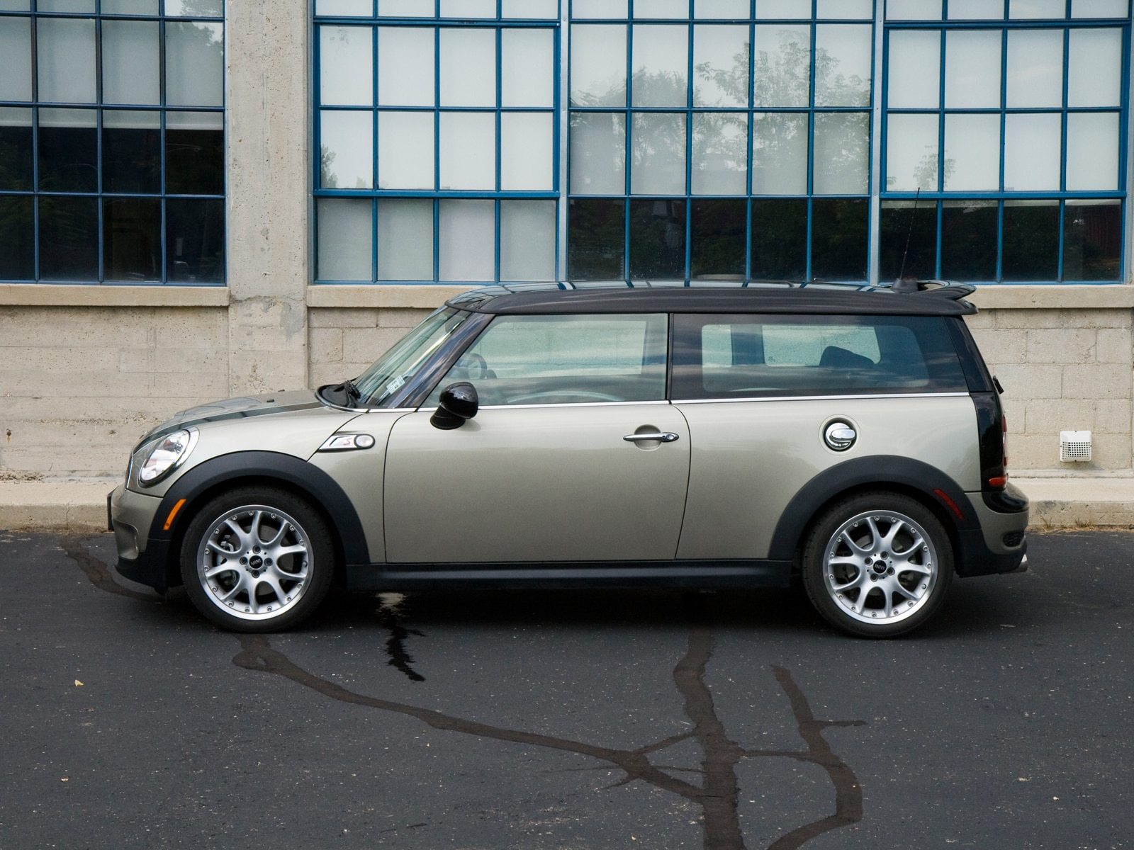 2009 mini cooper s clubman mini compact hatchback review automobile magazine. Black Bedroom Furniture Sets. Home Design Ideas