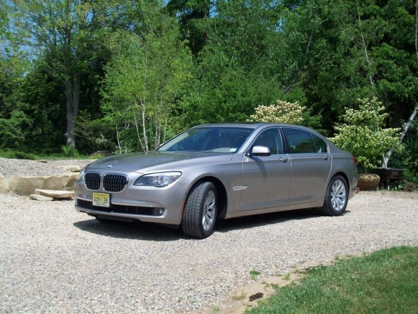 0910 01 Z 2009 BMW 750Li Front Three Quarter View 604x453