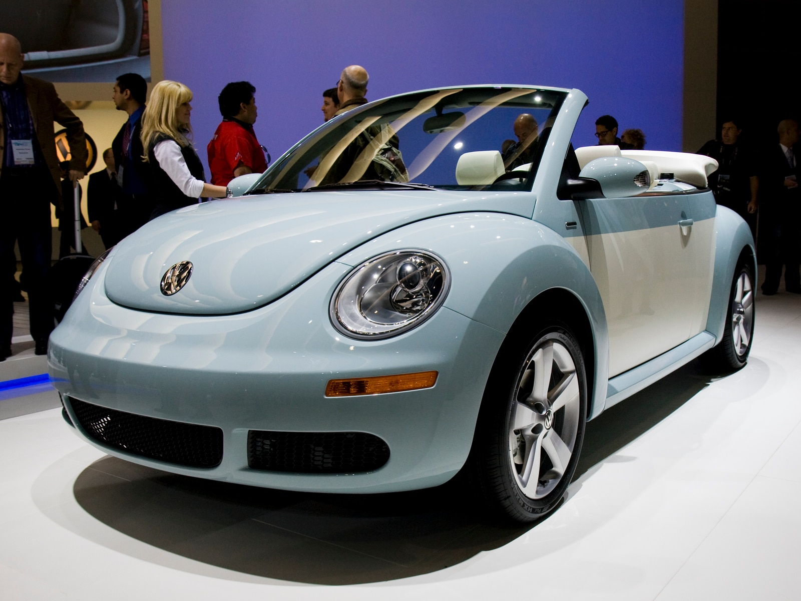 0912 04 Z 2010 Volkswagen New Beetle Final Edition Front Three Quarters View