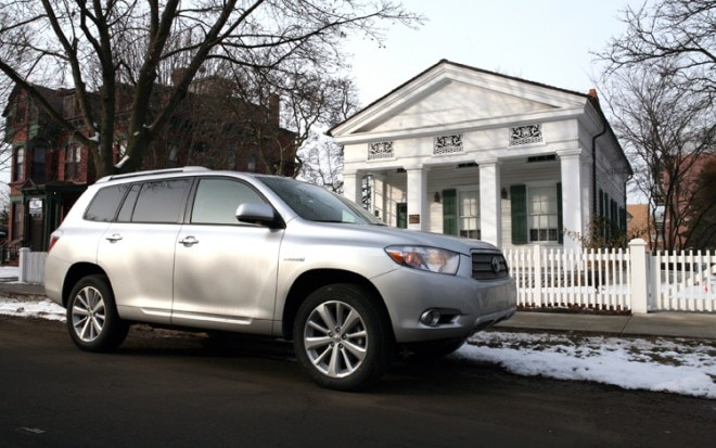 1002 14 Z 2010 Toyota Highlander Hybrid LTD Front Three Quarter View 660x413