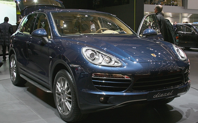 2011 Porsche Cayenne Front Three Quarter1