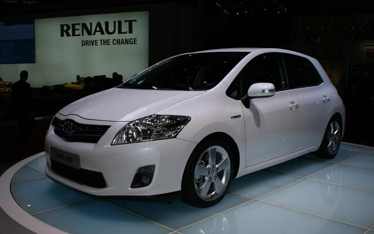 2011 Toyota Auris Hybrid Front Three Quarters Driver