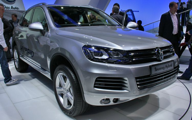 2011 Volkswagen Touareg Hybrid Front Three Quarter View1