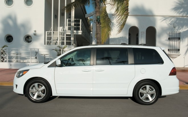 1005 01 2010 Volkswagen Routan SE Side View 660x413