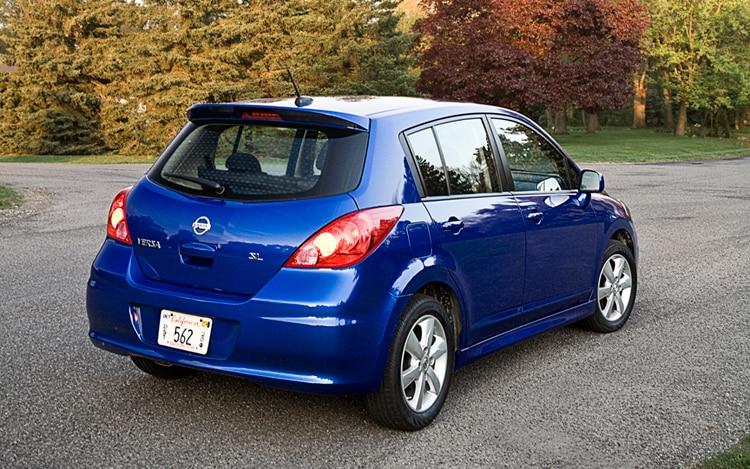 1005 01b 2010 Nissan Versa 1 8 SL Hatchback Rear Three Quarters View