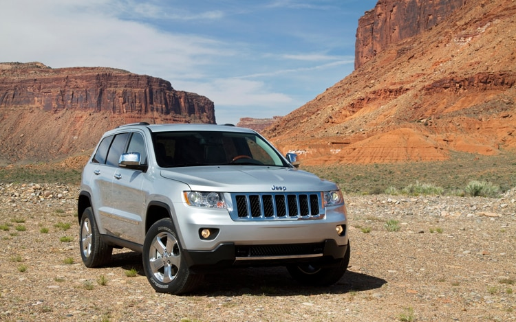 2011 Jeep Grand Cherokee Overland Front Three Quarters Static Passenger