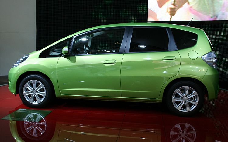 a new king honda fit takes japanese sales crown from. Black Bedroom Furniture Sets. Home Design Ideas