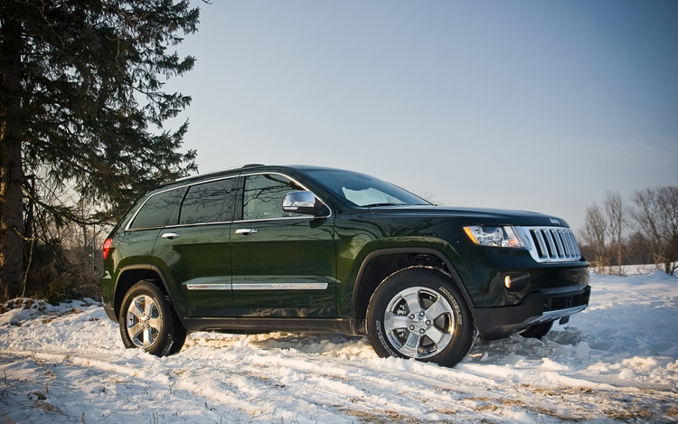 2011 Jeep Grand Cherokee Overland Front Three Quarters1