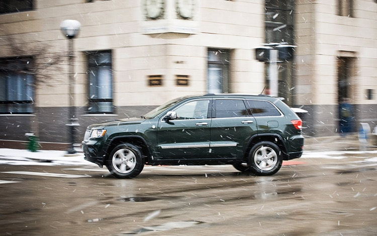 2011 Jeep Grand Cherokee Overland Side In Motion2