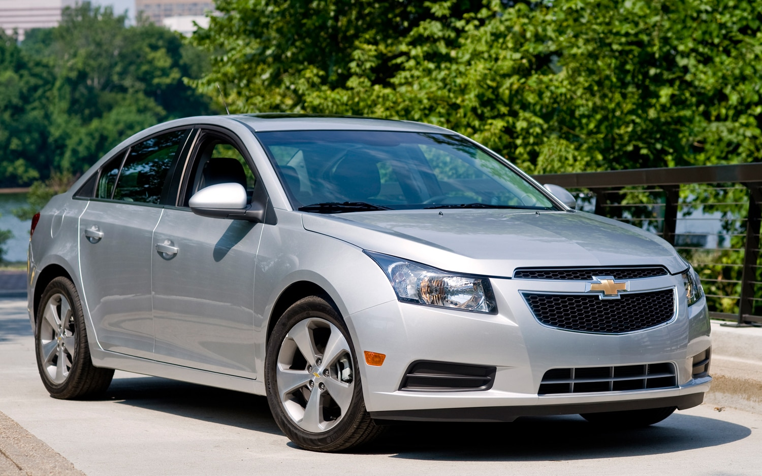 2011 Chevrolet Cruze Ltz Front Three Quarter1