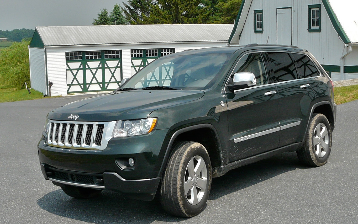 2011 Jeep Grand Cherokee Overland 4x4 Slight Front Left View1