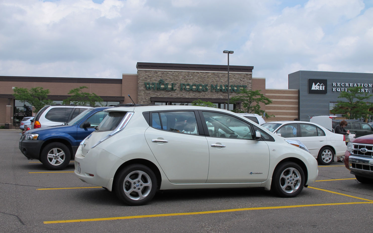 2011 Nissan Leaf Right Side View Parked5