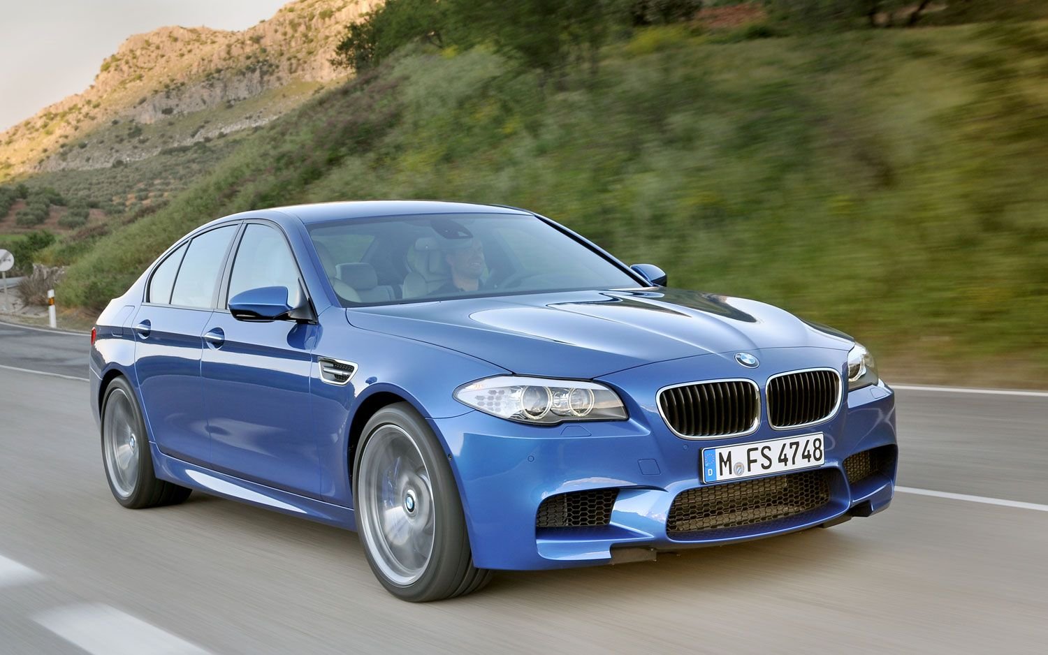 2012 Bmw M5 Front Right View1