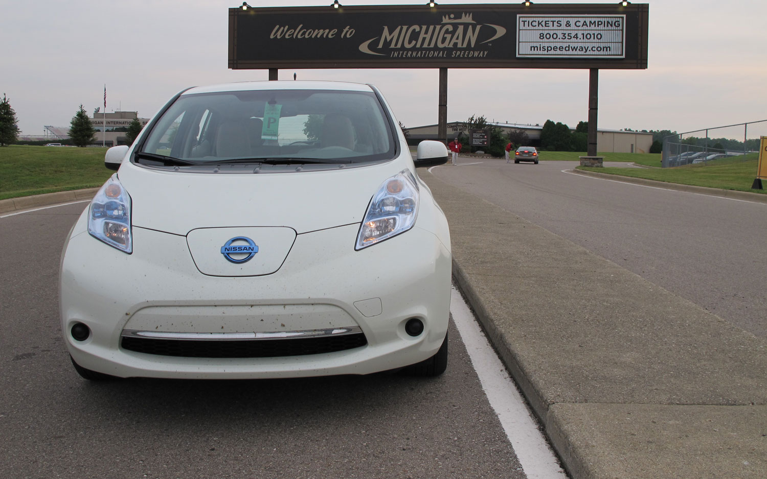 23 2011 Nissan Leaf Front View2