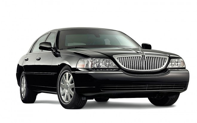 Lincoln Town Car Front Right Side View7 660x413