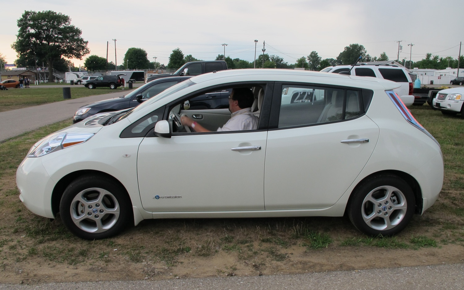 2011 nissan leaf charging forward one quarter mile at a time. Black Bedroom Furniture Sets. Home Design Ideas