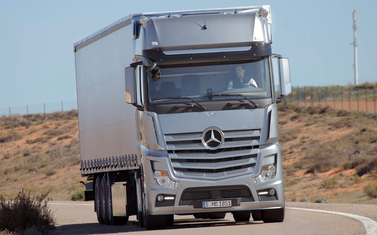 Funky bunch ford mercedes benz try new designs on big for 2012 mercedes benz truck