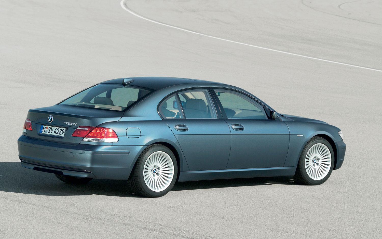 2005 BMW 750i Rear Three Quarter1