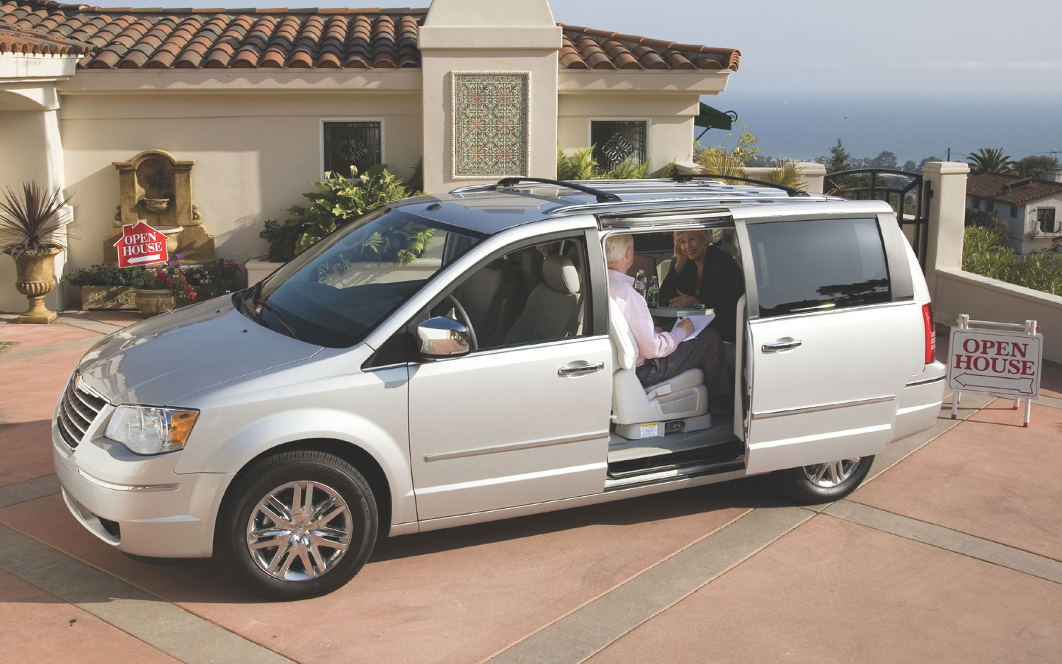 2008 Chrysler Town Country Front Three Quarter1