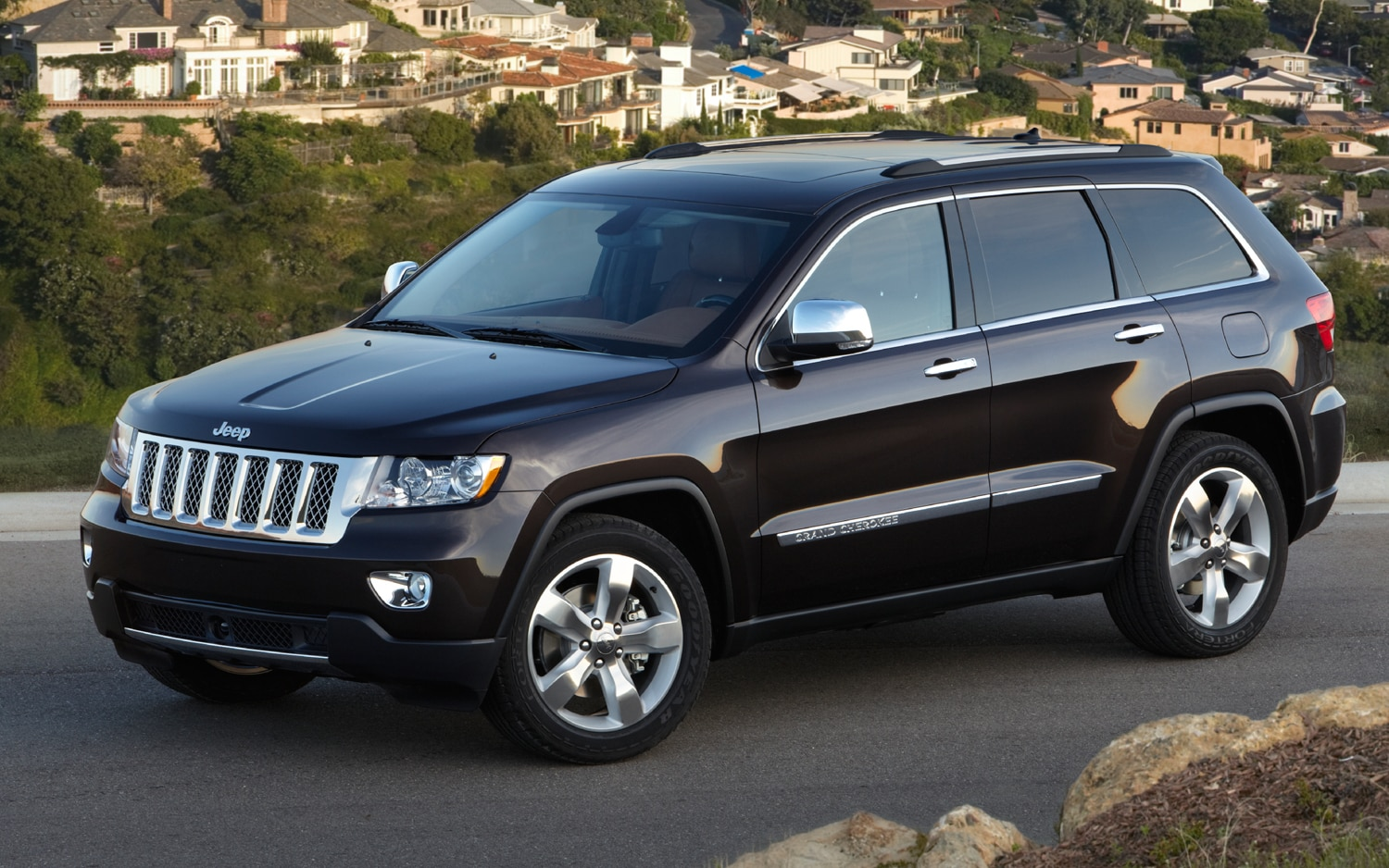 2011 Jeep Grand Cherokee Overland Summit Front Three Quarter1