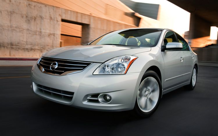 2011 Nissan Altima Front Three Quarters View1