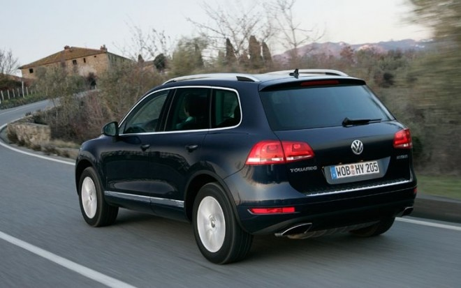 2011 Volkswagen Touareg Hybrid Rear Three Quarters In Motion1 660x413