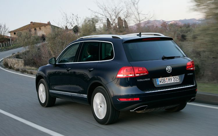 2011 Volkswagen Touareg Hybrid Rear Three Quarters In Motion1
