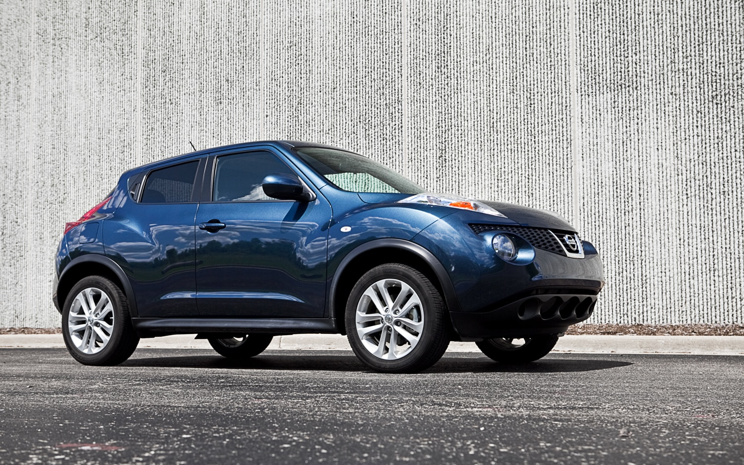 2011 Nissan Juke SV FWD MT Front Slight Right View1