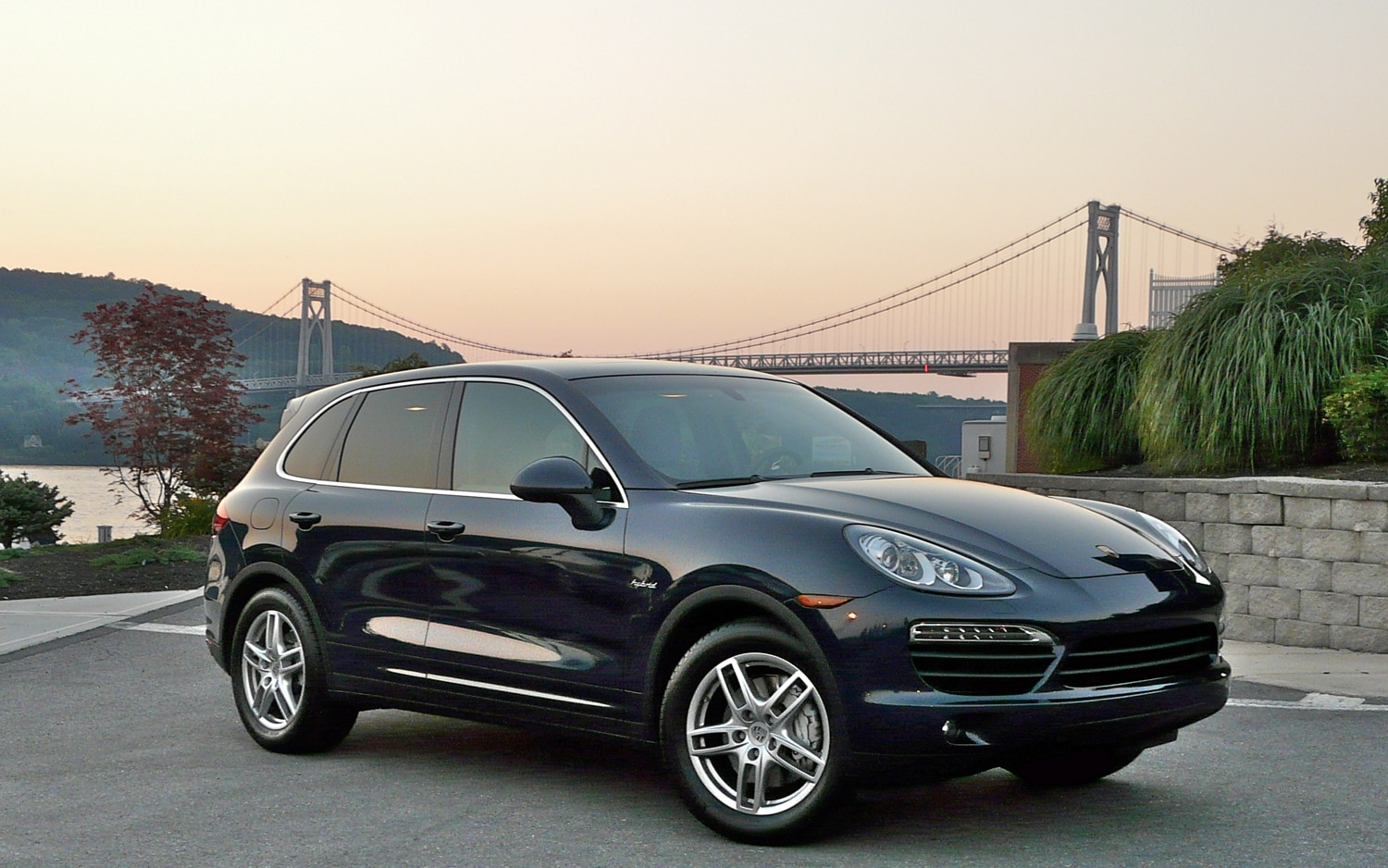 2011 Porsche Cayenne S Hybrid Right Front View1