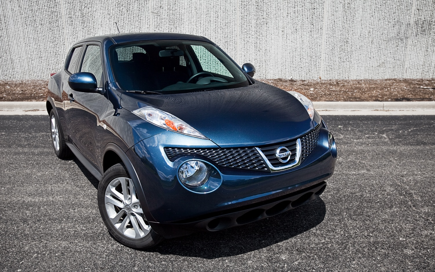 2011 Nissan Juke SV FWD MT Front Right View1
