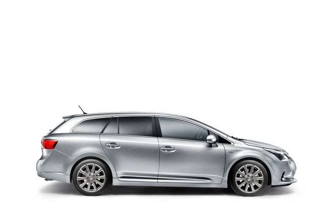 2012 Toyota Avensis Side1 660x440