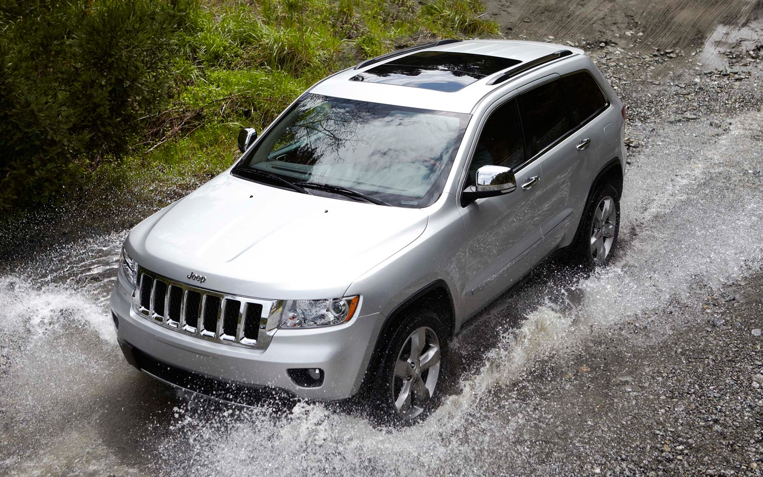 2012 Jeep Grand Cherokee Front Three Quarter Water1