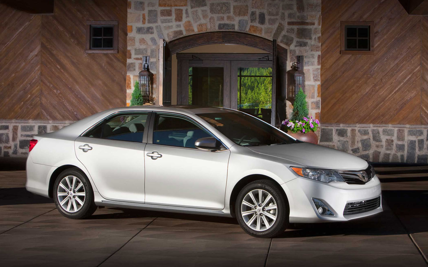 2012 Toyota Camry XLE Front Three Quarter