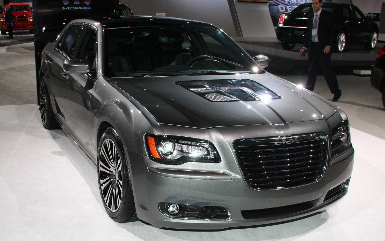2011 Chrysler 300S 426 Front Three Quarter 021