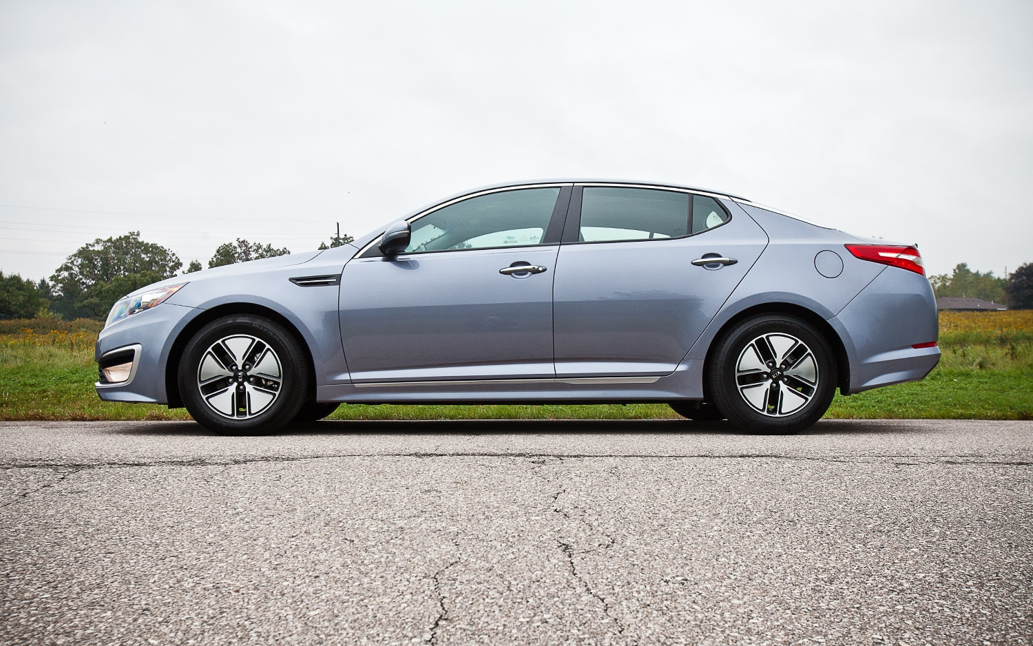 http://st.automobilemag.com/uploads/sites/11/2011/11/2011-kia-optima-hybrid-left-side-view.jpg