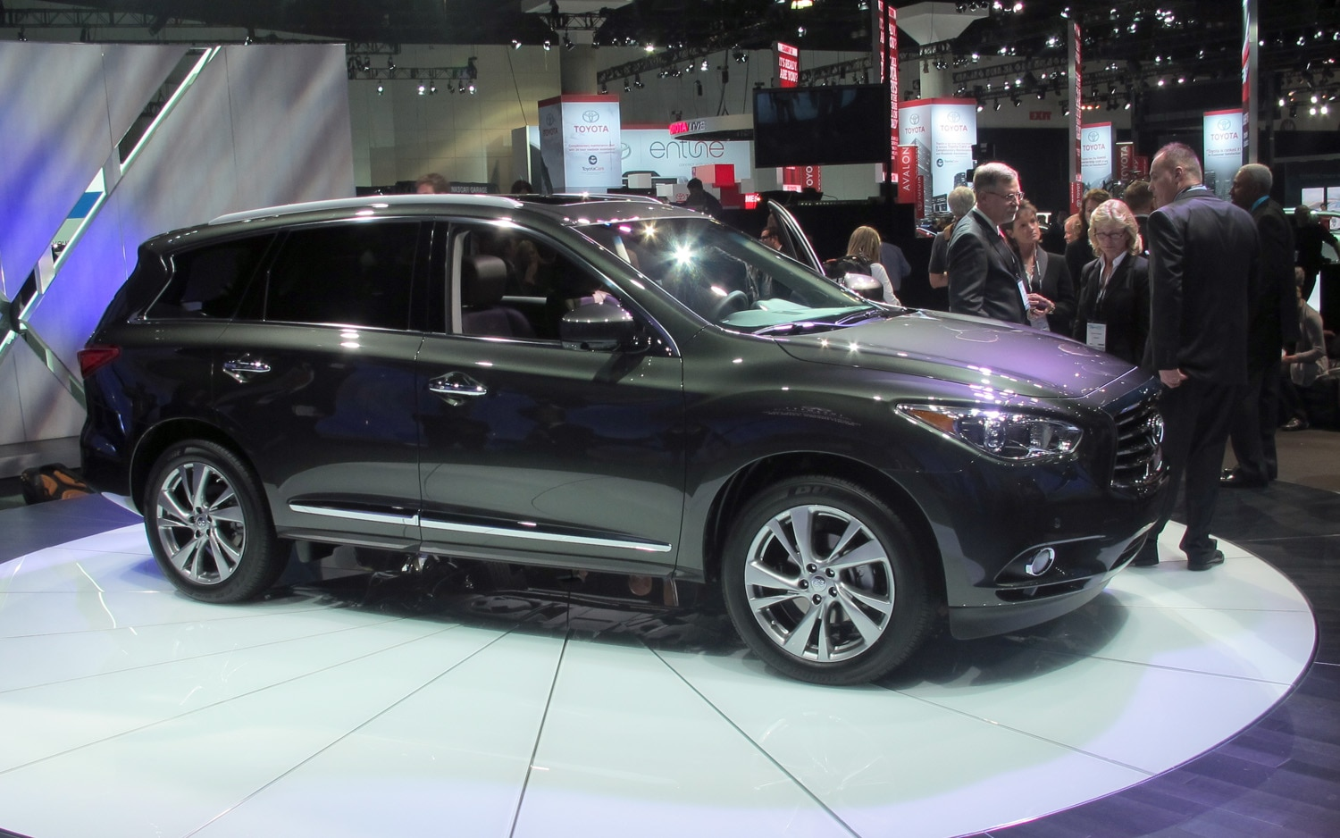 2013 Infiniti JX35 Front Three Quarters View Live1