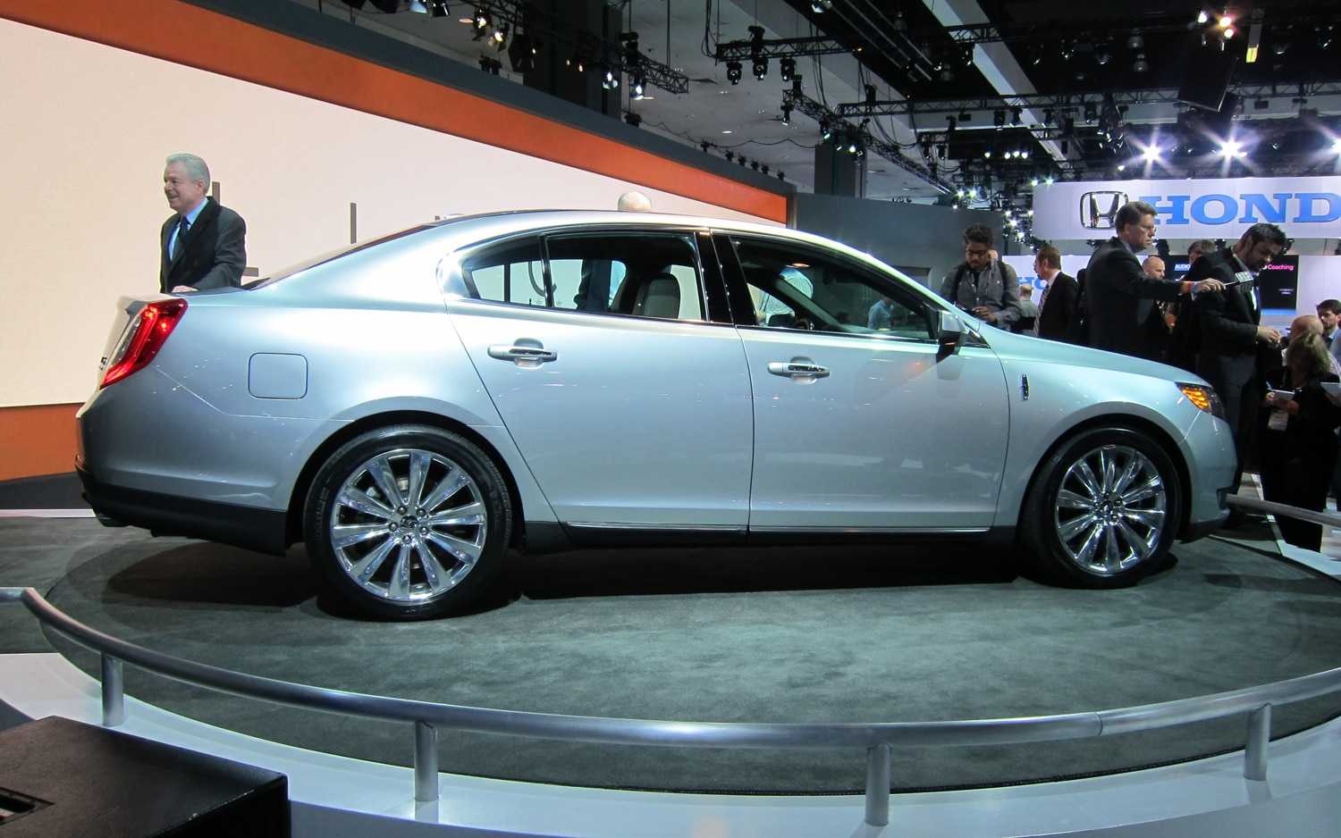 los angeles 2011 2013 lincoln mks receives restyled grille more power adaptive suspension. Black Bedroom Furniture Sets. Home Design Ideas