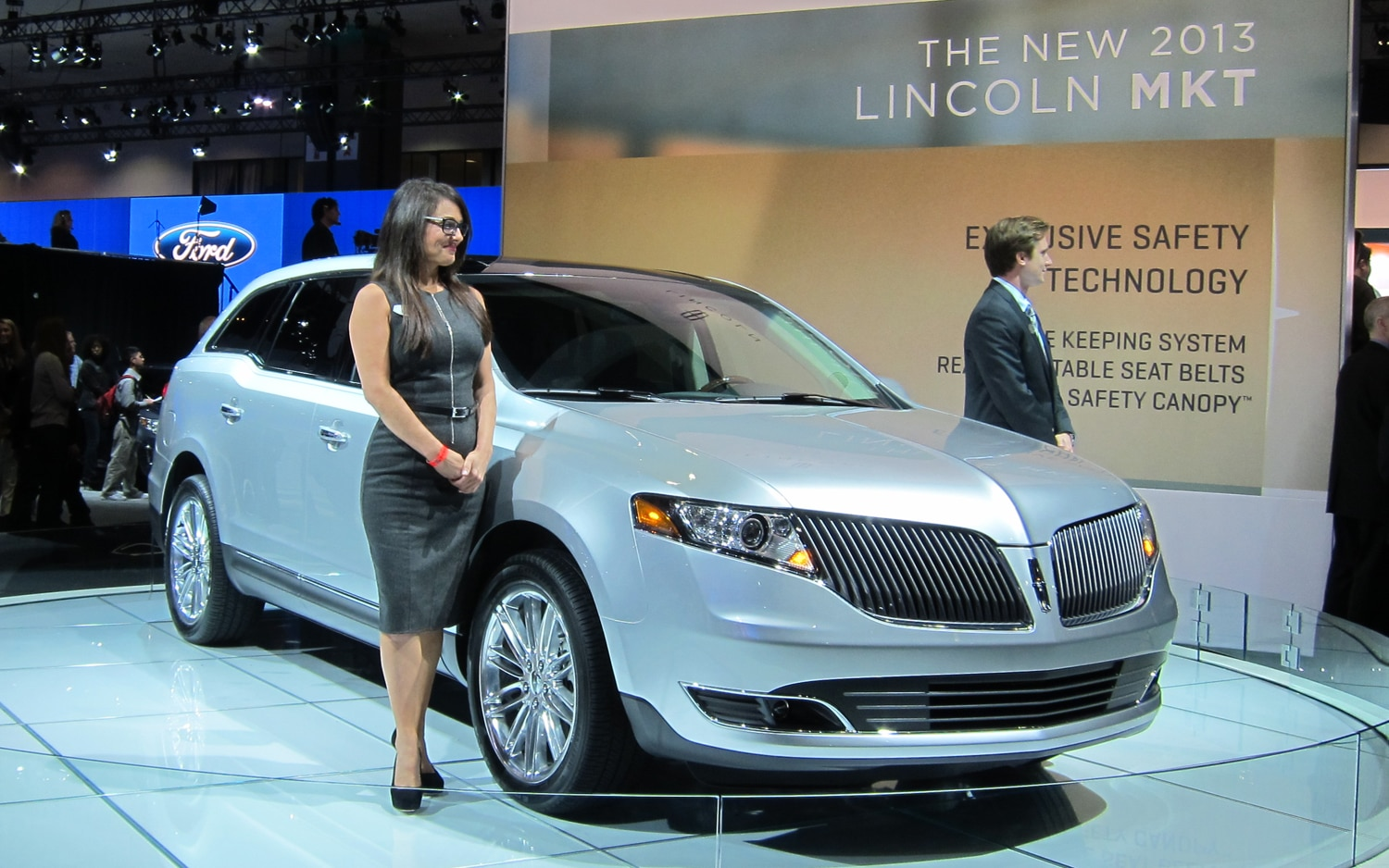 2013 Lincoln MKT Front Three Quarter 21