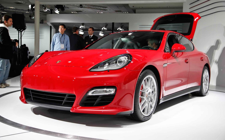 2013 Porsche Panamera GTS Front Left View1